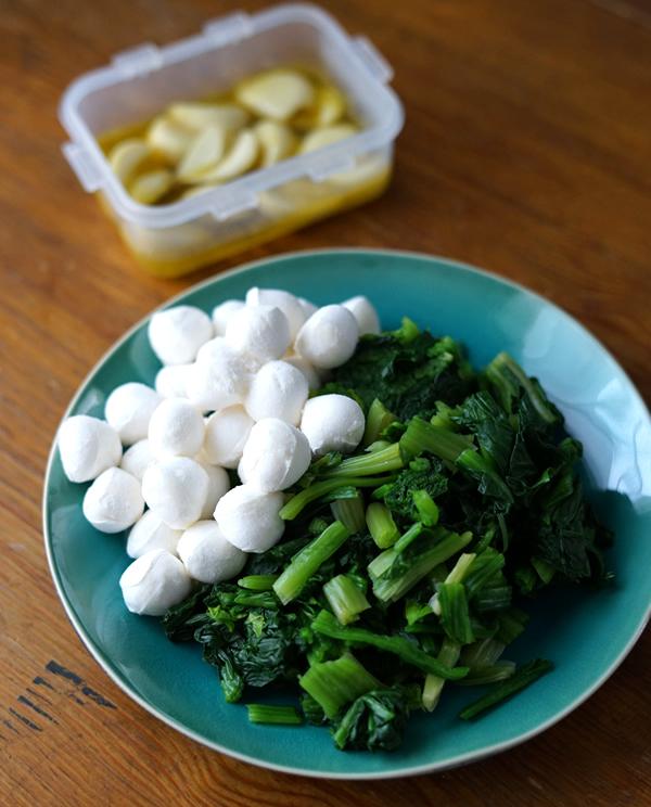 材料はチーズとほうれん草、にんにく、オリーブオイル、塩、胡椒。